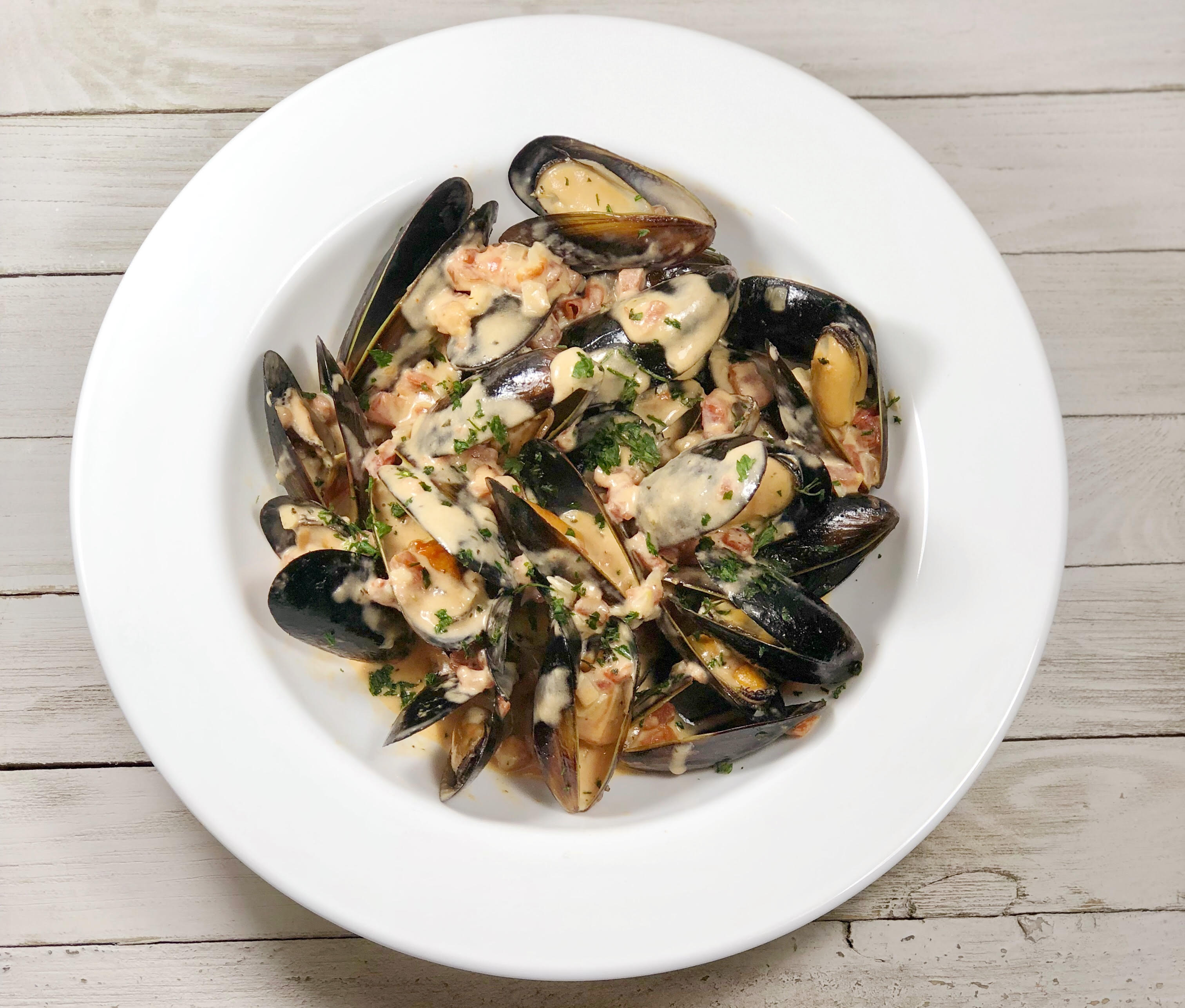 Creamy Garlic and Tomato Mussels